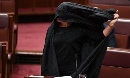 """مخالفت """"پائولن هانسون"""" سناتور مجلس فدرال با حجاب زنان ( برقع )در پارلمان استرالیا"""