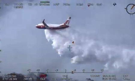خاموش کردن آتش در جنگل های استرالیا با کمک هواپیمای بویینگ 737